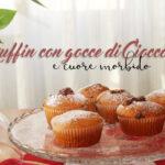 Muffin con gocce di cioccolato e cuore morbido, un comfort food per la colazione